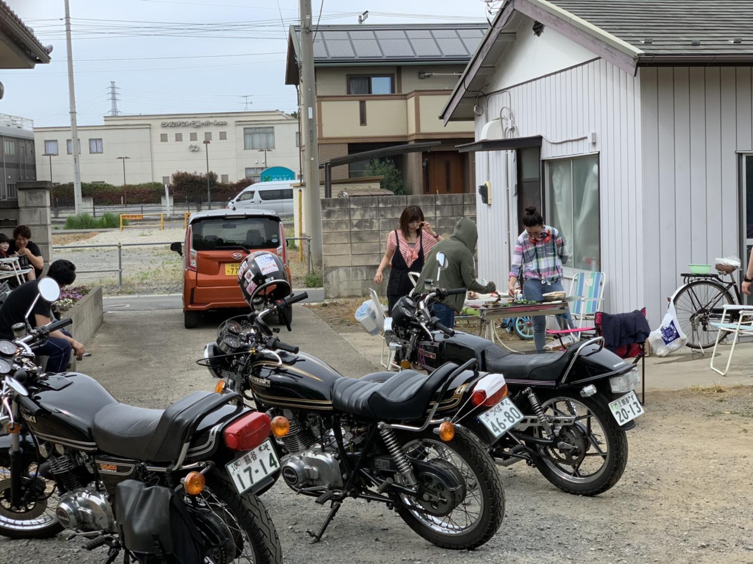 庭にバイクを並べてBBQ